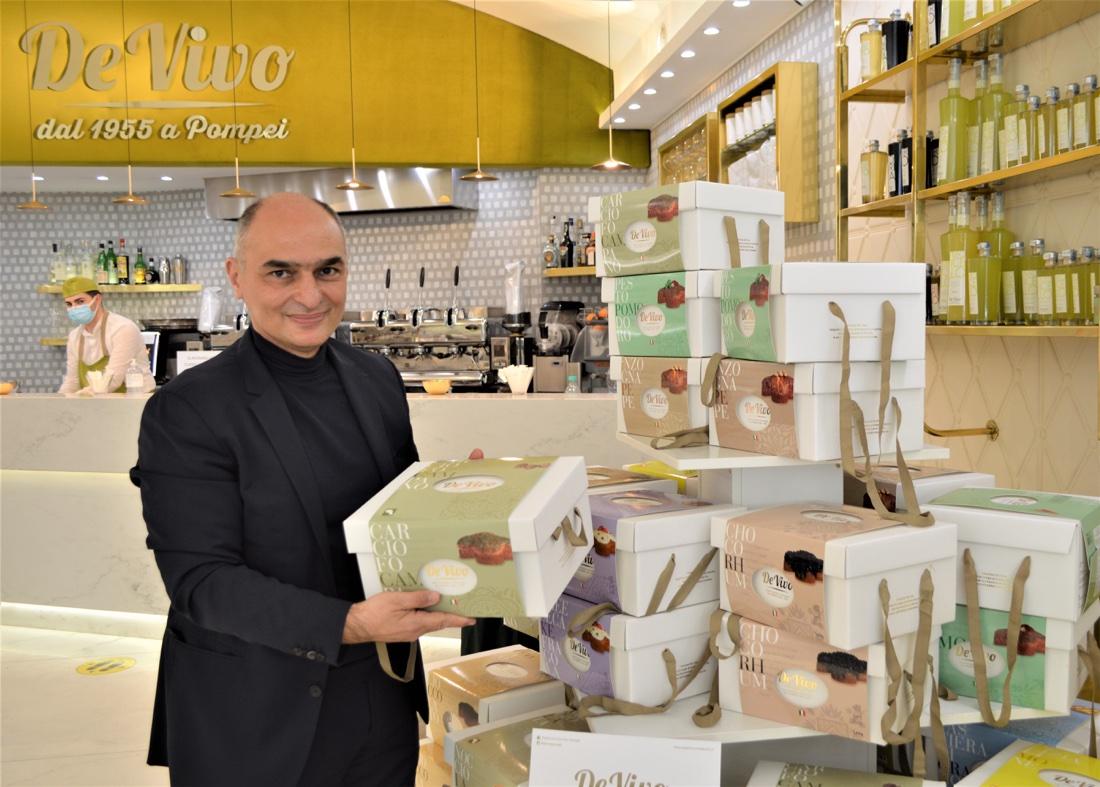 Pasticceria De Vivo - Marco de Vivo nel suo locale con le colombe salate a marchio Passione Campania